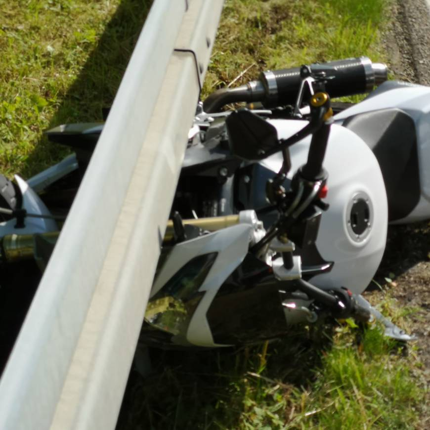 H1 Kleineinsatz  Motorrad klemmt…